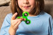 Cinco trucos para jugar con el fidget spinner verde